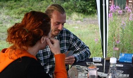 Mastili sa karty ... kanasta ... poker ... ani jedno neviem :D