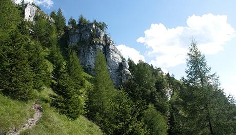 strmý a úzky hrebeň z Ostrej ku Kačarovej