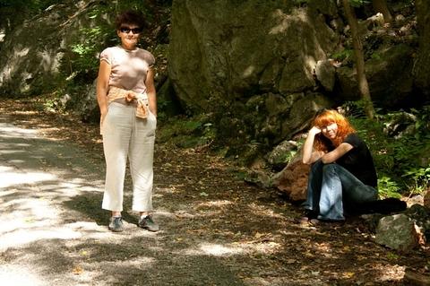 Mamka & Rea, čakajúce na mňa a Lauru (idúcich tak 3km/hod)