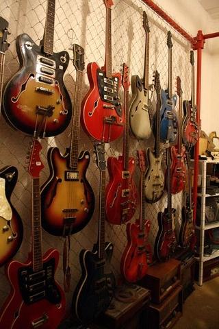 a veľa, veľa rôznyc gitár