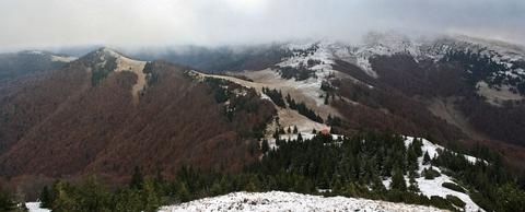 Šoproň (vľavo), chata pod Borišovom a Ploská v oblakoch, panoráma