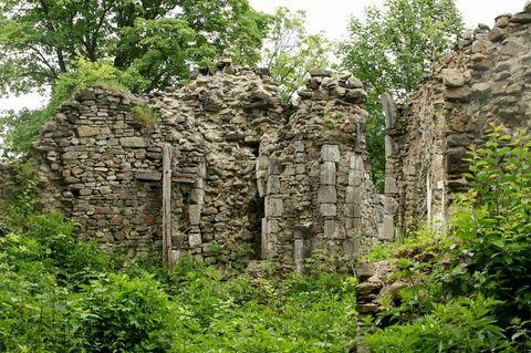 ... najkrajšia zastávka dňa - zrúcanina gotického kostola v Stránskom ( 14. storočie) ...